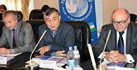 Архивное фото директора Республиканского интернационального культурного центра Узбекистана Насриддина Мухаммадиева (в центре)