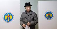 Мужчина на избирательном участке во время президентских выборов в Кишиневе, Молдова. Архивное фото