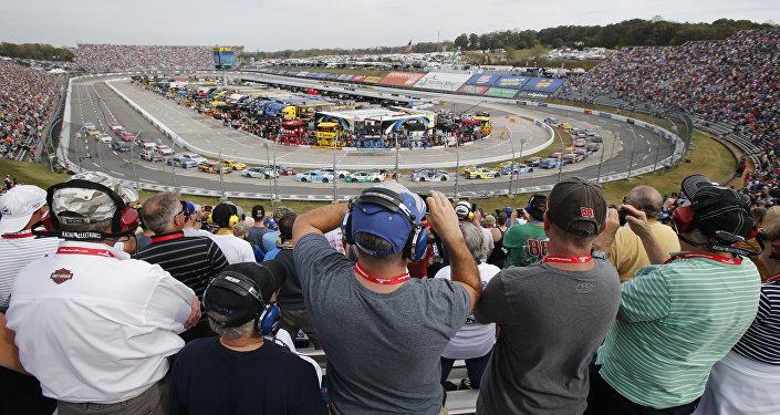Болельщики наблюдают за стартом автопробега NASCAR Sprint Cup Series в Мартинсвилл Спидвей в США. Архивное фото