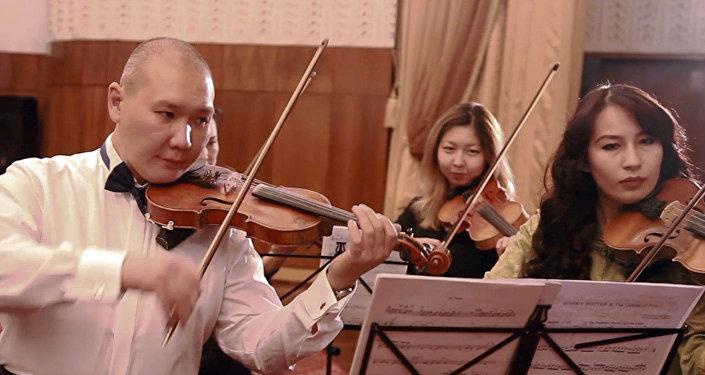 Музыка из Гарри Поттера и Звездных войн в исполнении кыргызского оркестра