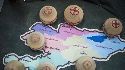 Миниатюрные юрты на карте Кыргызстана. Архивное фото