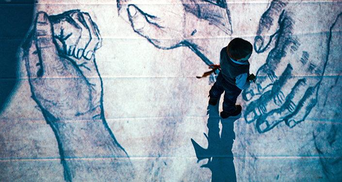 Мальчик на выставке. Архивное фото