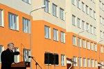 Алмазбек Атамбаев укук коргоо орган кызматкерлеринин кесиптик майрамына карата жаңы батирдин ачкычын тапшыруу аземинде
