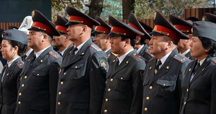 Президент Алмазбек Атамбаев вручил ключи от новых квартир сотрудникам милиции