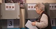 Избиратель на избирательном участке в городе Бишкек. Архивное фото