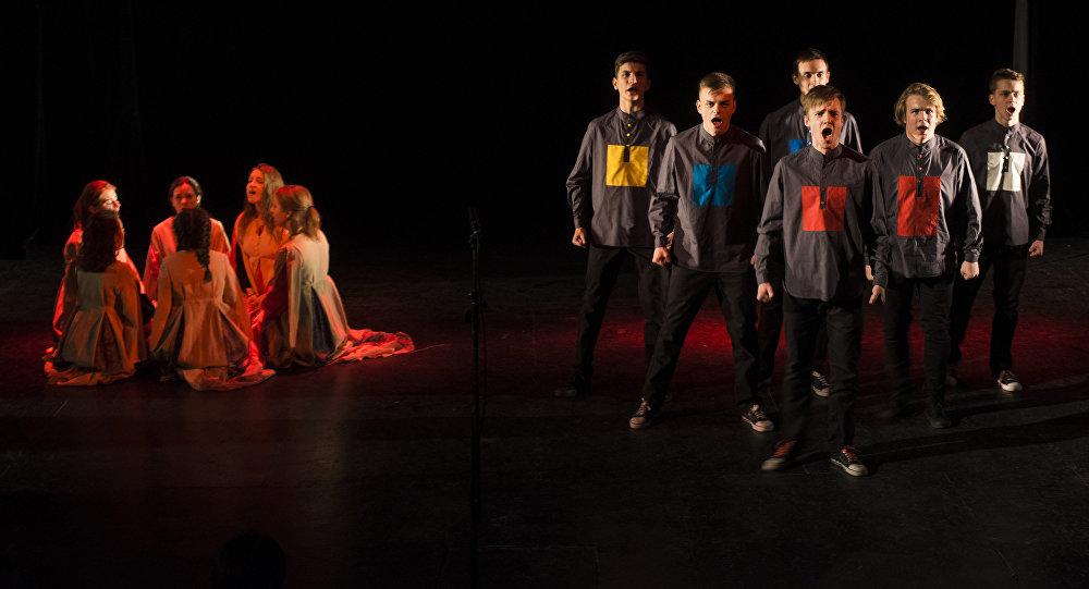 Артисты детского музыкального театра юного актера Москвы во время выступление в Государственном национальном Русском театре драмы имени Чингиза Айтматова