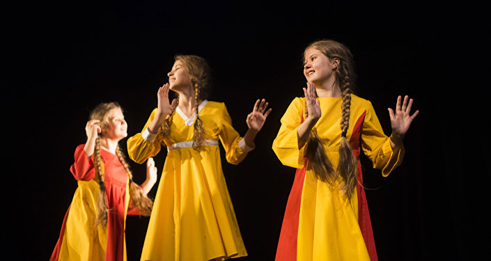 Настоящим сюрпризом для бишкекчан стала песня о столице КР Бишкегим, которую исполнила солистка театра Вероника Дворецкая.