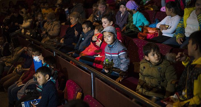 Юным бишкекчанам, у которых сейчас школьные каникулы, москвичи представили попурри из постановок Фантазии на тему Дунаевского, Сон о дожде, Пеппи Длинныйчулок, а также музыкальные и хореографические номера