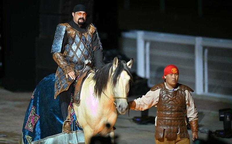 Актер Стивен Сигал на торжественном открытии Вторых Всемирных игр кочевников в Бактуу Долоноту