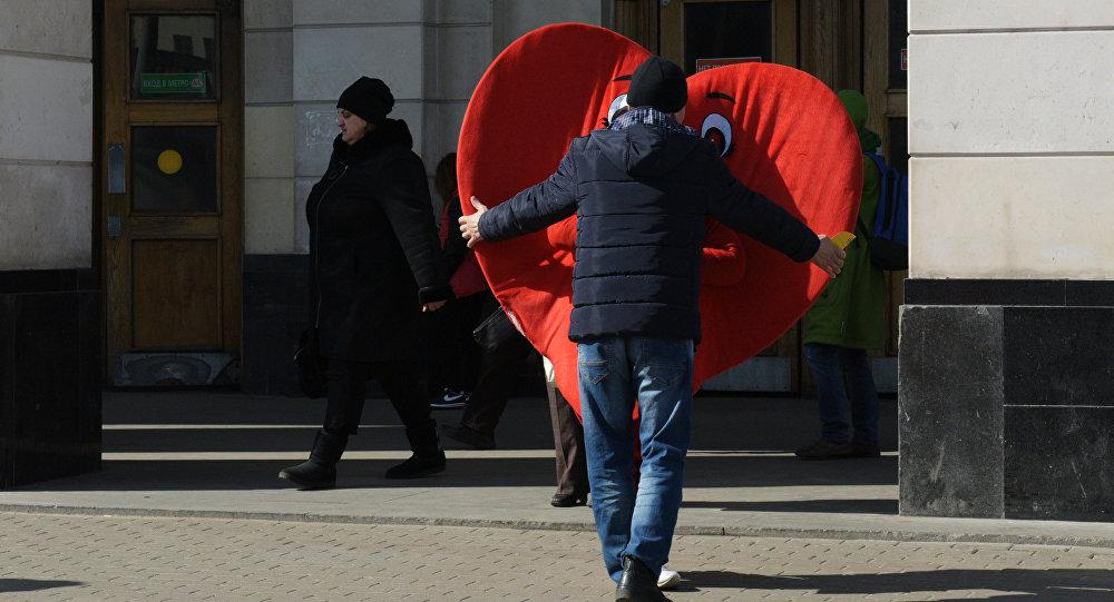 Мужчина в костюме сердца. Архивное фото