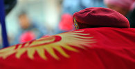 Краповый берет и флаг Кыргызской Республики. Архивное фото