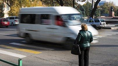 Архивное фото женщины у дороги