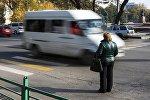 Бишкектин көчөлөрүнүн биринде турган аял. Архивдик сүрөт