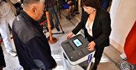 Электронная урна для голосования в одном из избирательных участков Бишкека.