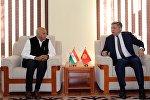 Кыргызстандын ТИМ жетекчиси Эрлан Абдылдаев жана индиялык кесиптеши Мушабар Джавад Акбар