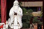 Статуя Конфуция в одном из храмов Пекита, Китай