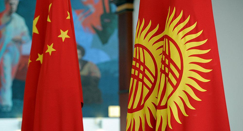 Кытай жана Кыргызстан желектери. Архивдик сүрөт