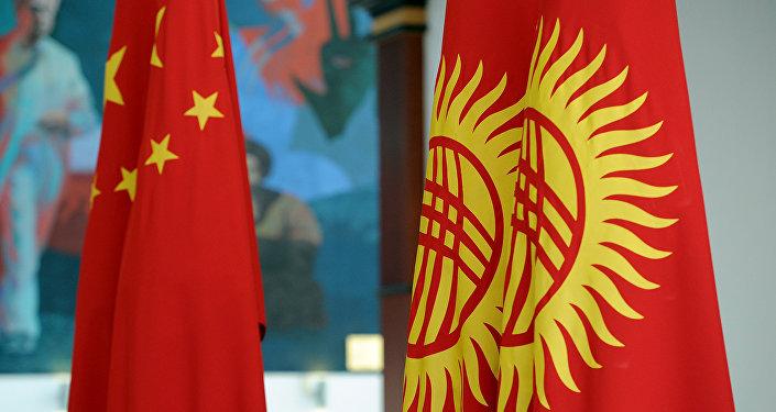 Кыргызстандын жана Кытайдын желектери. Архив
