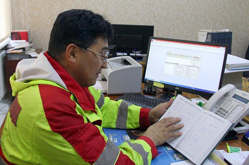 Заместитель Бишкекского отделения скорой помощи Болотбек Абдылдаев в рабочем кабинете