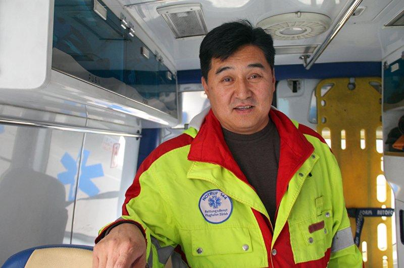 Заместитель Бишкекского отделения скорой помощи Болотбек Абдылдаев на салоне реаномобиля