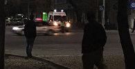 Машина скорой помощи ждет когда проедет автомобильный кортеж на пересечении улицы Киевской и проспекта Манаса в столице