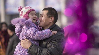 Мужчина с ребенком. Архивное фото