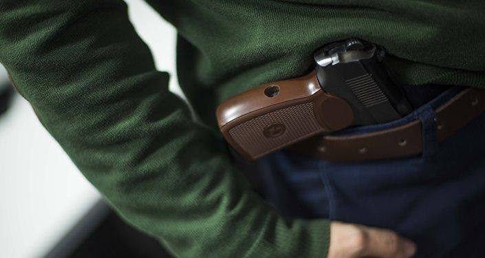 Архивное фото мужчины с пистолетом