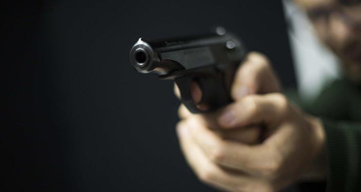 Мужчина направляет пистолет. Архивное фото