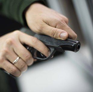 Мужчина с пистолетом в руках. Архивное фото