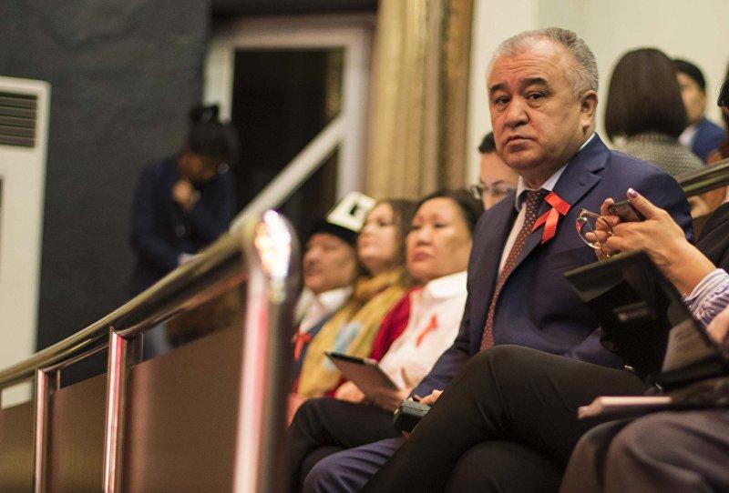 Омурбек Текебаев на собрании народного курултая в Русском драматическом театре в Бишкеке