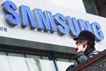 Архивное фото женщины, которая разговаривает по телефону у фирменного магазина Samsung