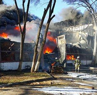 Сотрудники МЧС на месте пожара на западе Бишкека