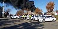 Сотрудники милиции на месте пожара на западе Бишкека