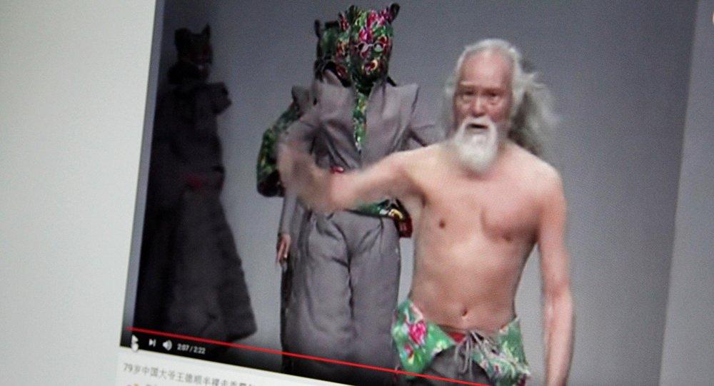 Снимок с видеохостинга Youtube пользователя Weibo Official Channel. 80-летний дедушка-модель Ван Дешунь.