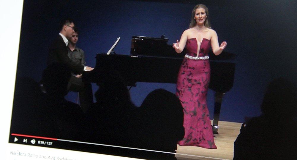 Снимок с видеохостинга Youtube пользователя AZA SYDYKOV. Пианист из Кыргызстана Азамат Сыдыков и американская оперная певица Николетта Раллис. Архивное фото