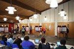 Местные жители на избирательном участке во время выборов. Архивное фото