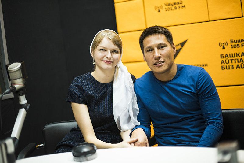 Супруги — кыргызстанец Уларбек Бакырдинов и латышка Анастасия Озерска — во время интервью Sputnik Кыргызстан