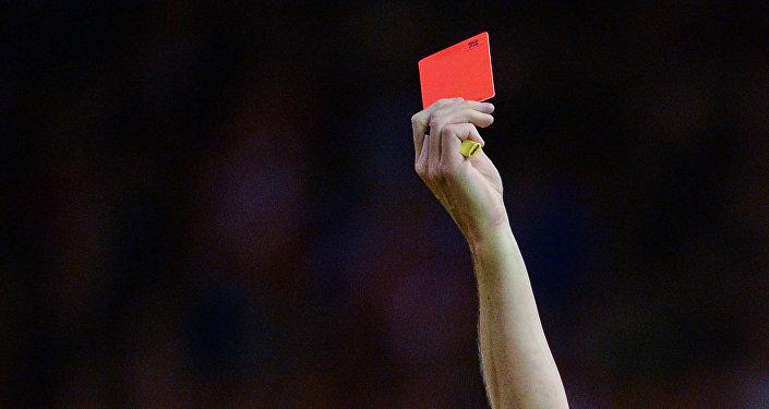 Кызыл карточка көрсөтүп аткан калыс. Архивдик сүрөт