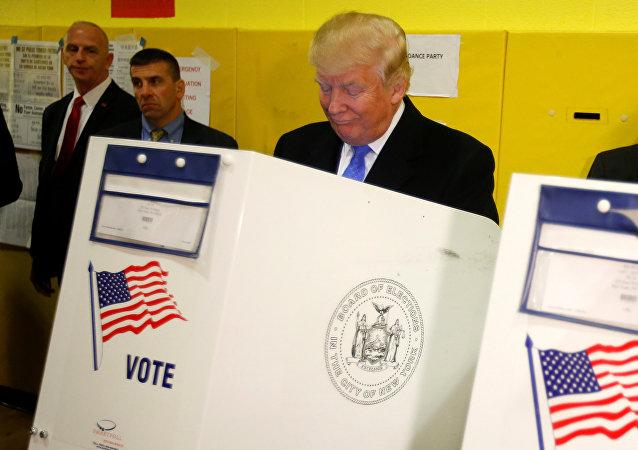 Кандидат от Республиканской партии Дональд Трамп голосует избирательном участке в Нью-Йорке, США. Архивное фото