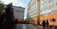 Президент Алмазбек Атамбаев во время вручения ключей от новых квартир сотрудникам милиции