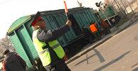 Сошедшие с рельс вагоны стали причиной пробки — кадры с места ЧП в Бишкеке