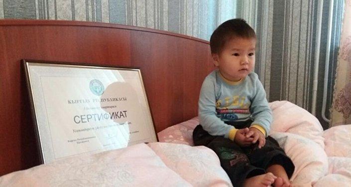 Под сертификатом на трехкомнатную квартиру стоит подпись президента Кыргызстана Алмазбека Атамбаева