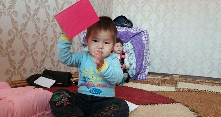 Семье трехлетнего Исхака подарили трехкомнатную квартиру