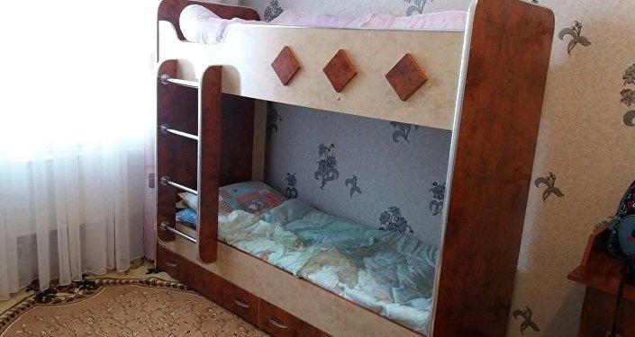 В сентябре в соцсетях появился снимок малыша, который спал на подстилке из картона на рынке Кара-Суу в Ошской области
