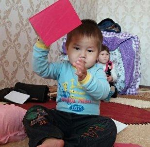 Смех Исхака — кадры из квартиры семьи спавшего на картоне малыша