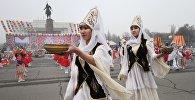 Участницы театрального представления в национальных костюмах во время празднования Нооруза. Архивное фото