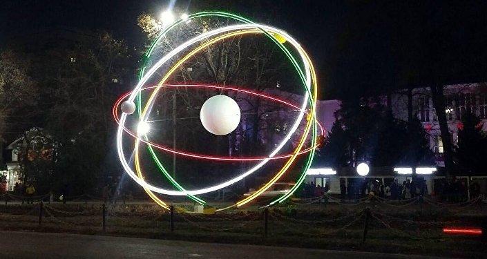 В Бишкеке состоялась церемония открытия конструкции Планетарная модель атома.