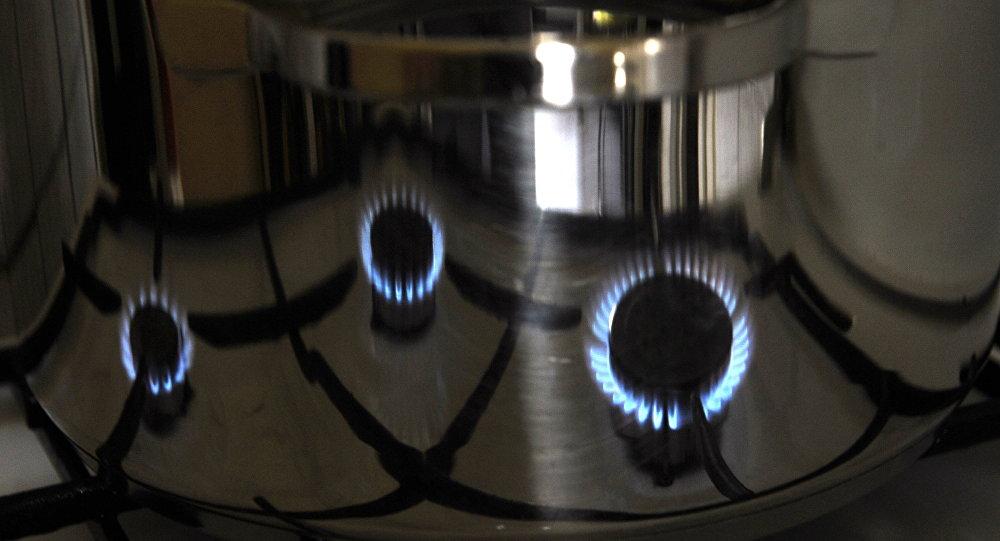 Пламя газовой плиты отражается в котелке на кухне. Архивное фото