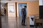 Мужчина на избирательном участке. Архивное фото