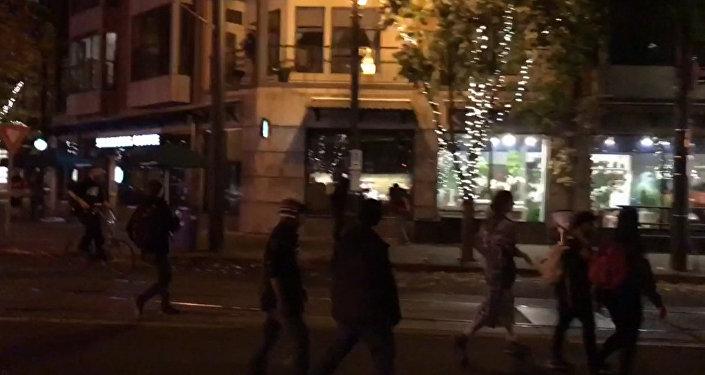 Протестующие против победы Трампа били витрины магазинов в Портленде